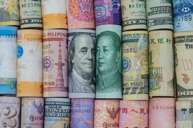 Amerikaanse dollar en china yuan bankbiljet met bankbiljetten van meerdere landen. het is een symbool voor de oorlogscrisis in de tariefhandel Premium Foto