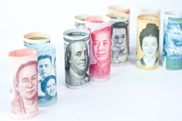 Amerikaanse dollar en yuan-bankbiljet onder internationale bankbiljetten Premium Foto