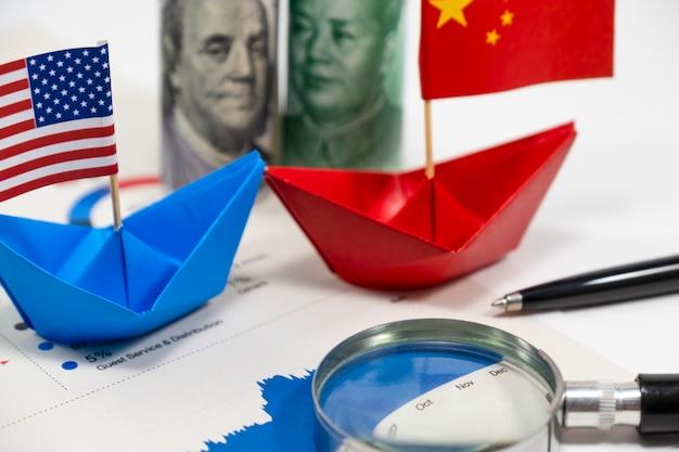 Amerikaanse dollar van verenigde staten en yuan china-bankbiljetten met vlag op schip met financiële r Premium Foto