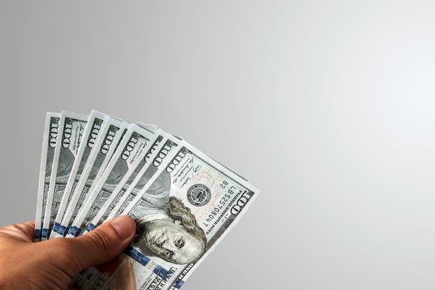 Amerikaanse dollars in een mannelijke hand Premium Foto