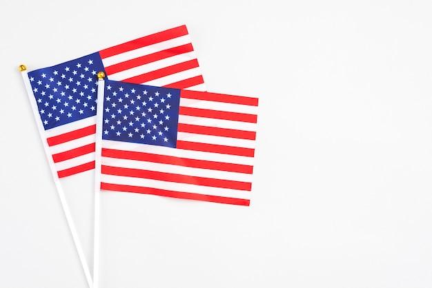 Amerikaanse handvlaggen op witte achtergrond Gratis Foto