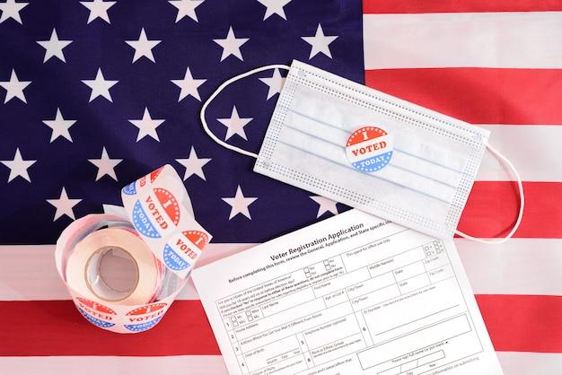 Amerikaanse kiezers moeten zich registreren door zelfs tijdens de pandemie een formulier in te vullen en een gezichtsmasker te dragen tijdens het stemmen. Premium Foto