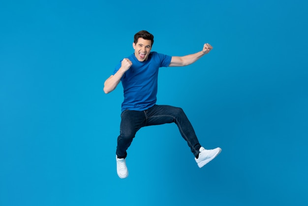 Amerikaanse mens die en zijn succes springt enyoying Premium Foto
