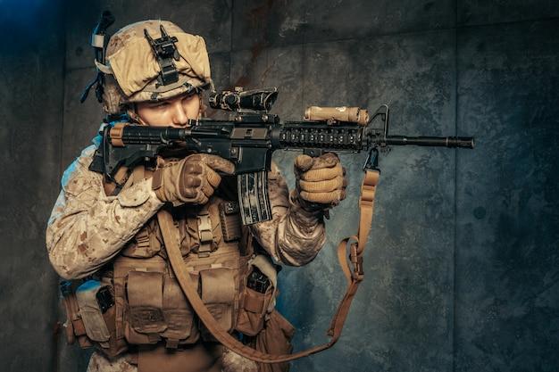 Amerikaanse particuliere militaire aannemer die een geweer schiet. studio opname Premium Foto