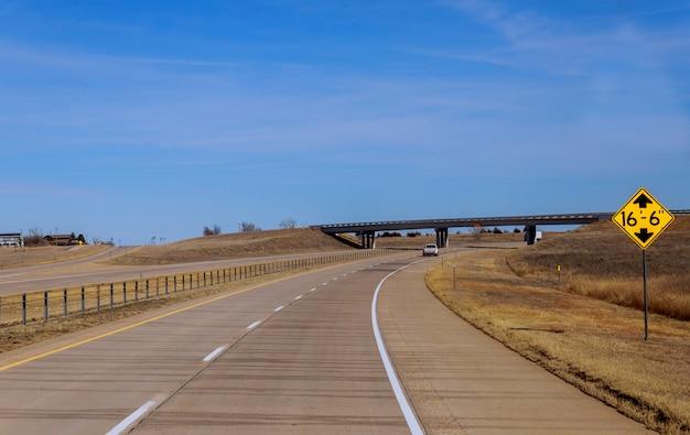 Amerikaanse snelweg met aanwijzingen om naar het panorama te gaan Premium Foto