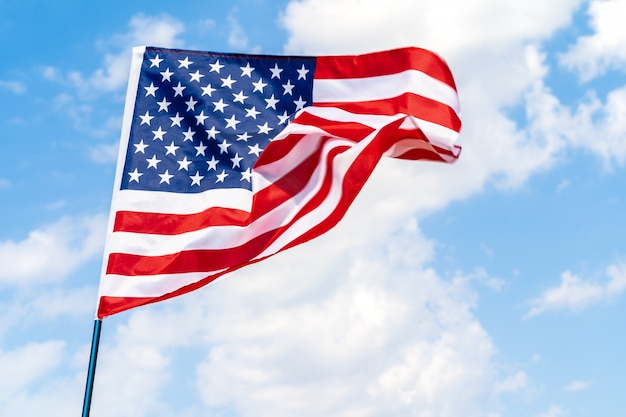 Amerikaanse vlag die in de wind tegen blauwe hemel golft Premium Foto