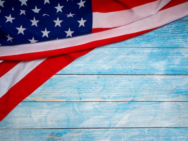 Amerikaanse vlag op blauwe houten achtergrond Premium Foto