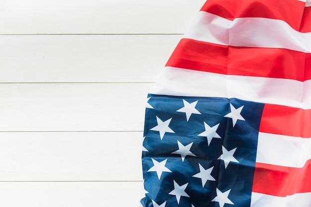 Amerikaanse vlag op gestreept oppervlak Gratis Foto