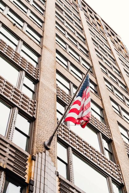 Amerikaanse vlag op wolkenkrabber Gratis Foto