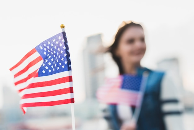 Amerikaanse vlag zwaaien op independence day Gratis Foto