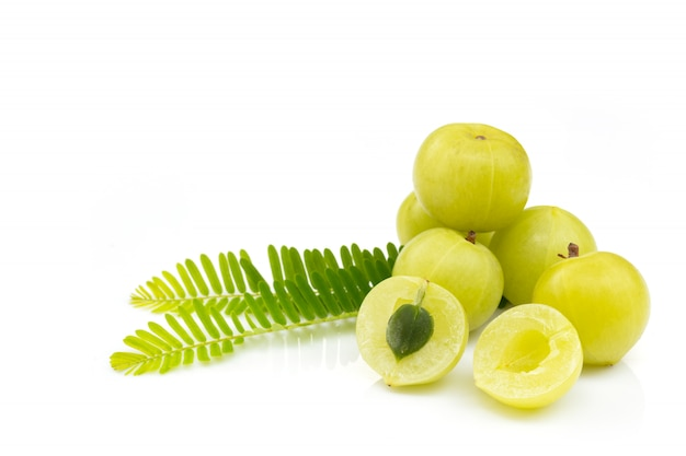 Amla groene vruchten, geïsoleerde phyllanthus-emblica Premium Foto