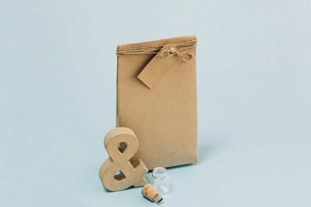 De Papieren Zak : Ampersand en flash station in de buurt van papieren zak foto