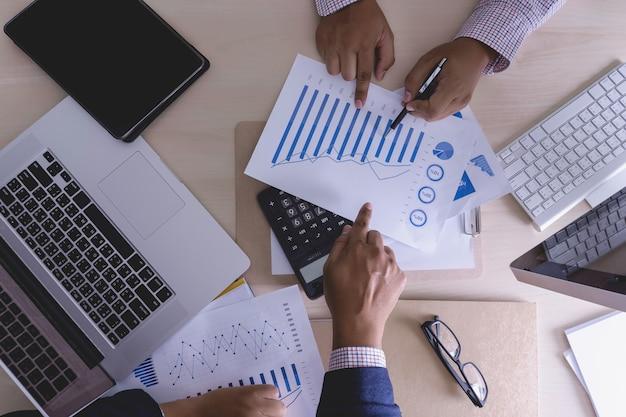 Analyseren van het werk accounting op laptop investeringen concept. Premium Foto