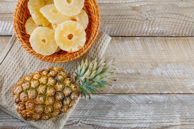 Ananas met gekonfijte ringen op keukenhanddoek Gratis Foto