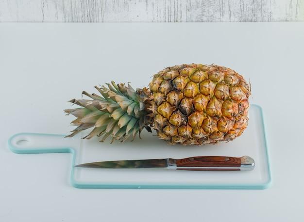 Ananas met snijplank en mes Gratis Foto