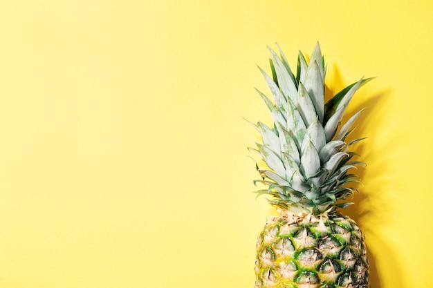 Ananas op gele kleurenachtergrond Gratis Foto