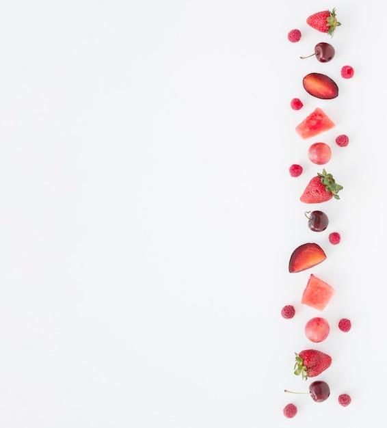 Ananasplak op houten dienblad tegen witte achtergrond Gratis Foto