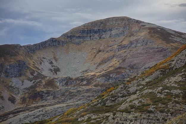 Ancares-bergen in spanje onder een hemel vol wolken Gratis Foto