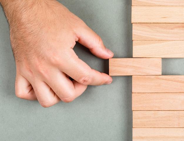 Ander denken en ander idee concept met houten blokken op marinegroene achtergrond bovenaanzicht. man schuift het element. horizontaal beeld Gratis Foto