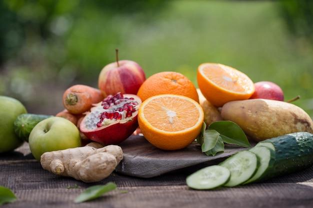 Ander fruit of groente en fruit op tafel over groene natuurlijk Premium Foto