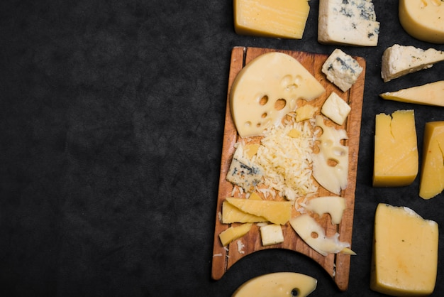 Ander soort kaas op zwarte achtergrond Gratis Foto