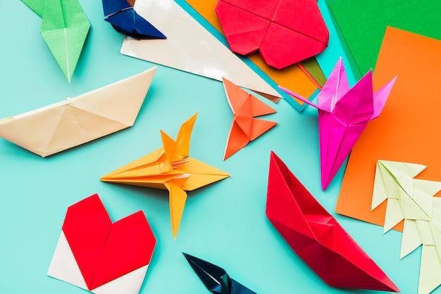 Ander type van kleurrijke papieren origami op groenblauw achtergrond Gratis Foto