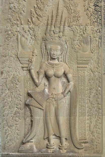 Angkor wat, siem reap, cambodja. gesneden art sand stenen sculptuur op de muur in angkor wat. apsara is een hoek van het oude cambodja in de hindoeïstische religie. Premium Foto