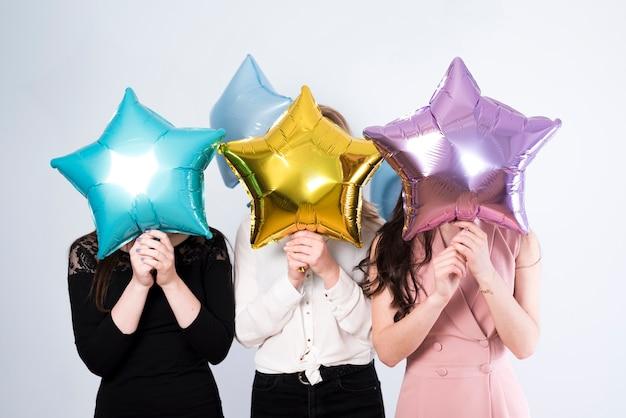 Anoniem vrouwtje met kleurrijke ballonnen Premium Foto