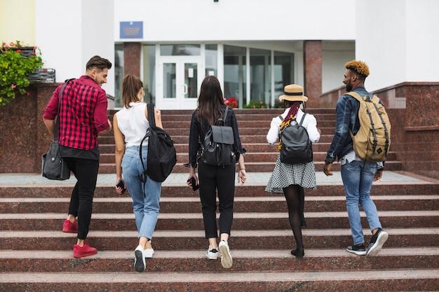 Anonieme studenten lopen op trappen Premium Foto