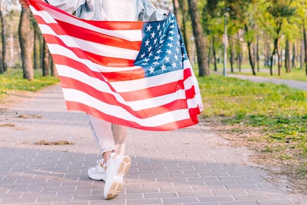 Anonieme vrouw met vlag van de vs op 4 juli Gratis Foto