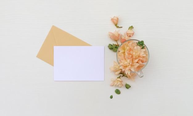 Ansichtkaart met bloemen Premium Foto