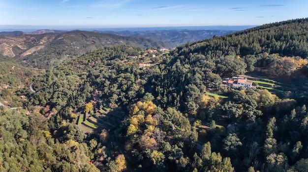 Antenne. bossen en het landschap van ecologische zone monchique. vanuit de lucht door drones. Premium Foto