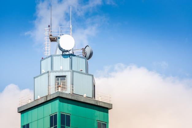 Antenne gemonteerd op de toren Premium Foto