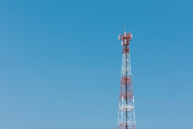 Antenne repeater toren op blauwe hemelachtergrond. Premium Foto