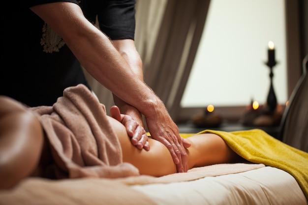 Anticellulitis massage in een luxe spa Gratis Foto