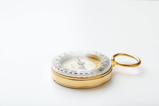 Antiek gouden kompas geïsoleerd Premium Foto