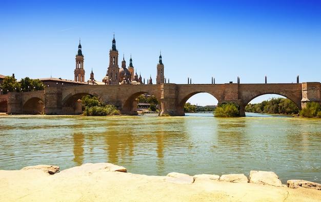 Antieke brug over de rivier de ebro in zaragoza Gratis Foto