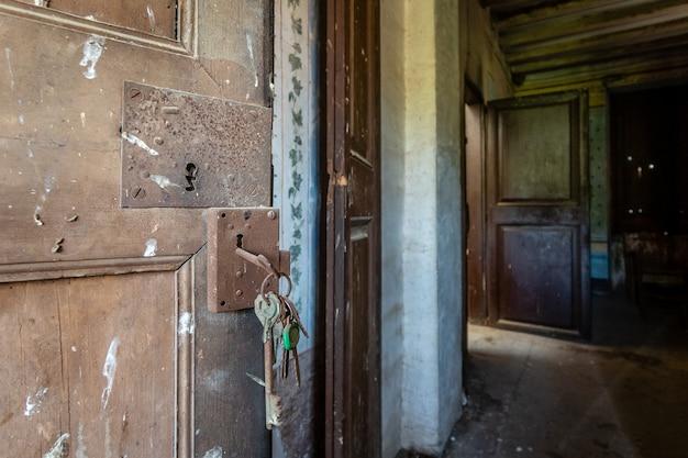 Antieke deur met roestige sleutels aan Premium Foto