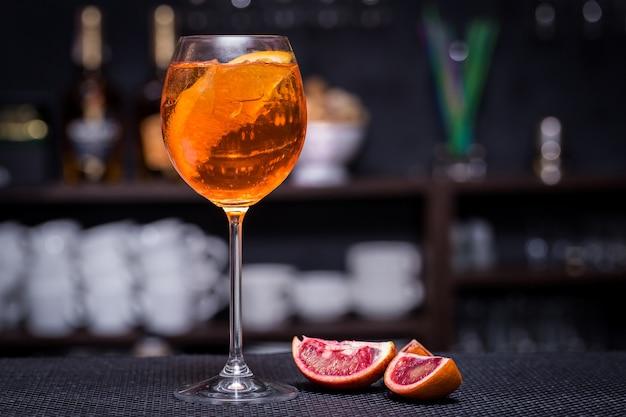 Aperol spritz cocktail op de bar Premium Foto