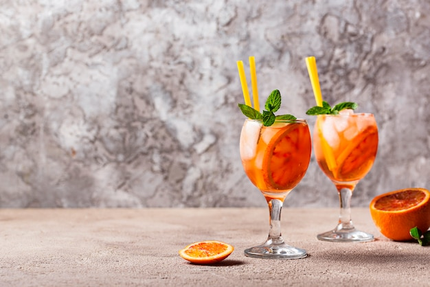 Aperol spritz, italiaanse cocktail met sinaasappel Premium Foto