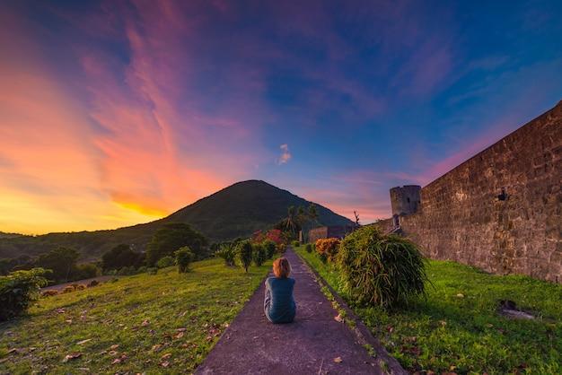 Apivulkaan bij zonsondergang, bandaneira-fort, maluku moluccas indonesië Premium Foto