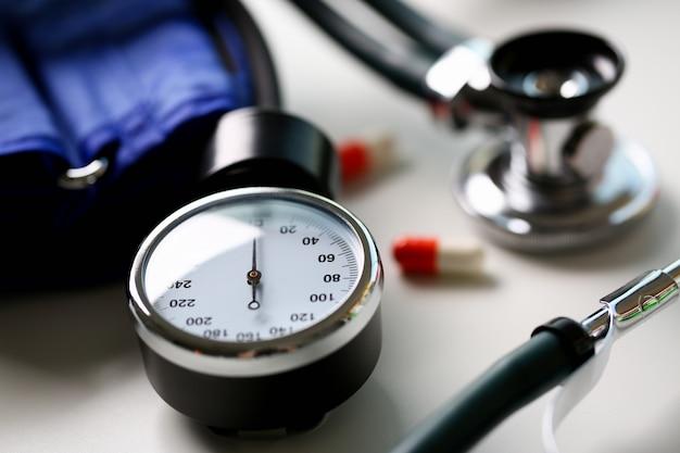 Apparaat om bloeddruk in arts te meten Premium Foto