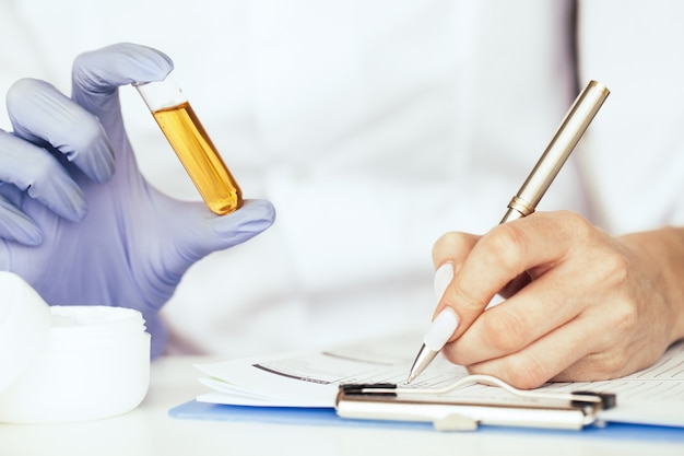 Apparatuur en wetenschapsexperimenten. alternatief medicijn. Premium Foto