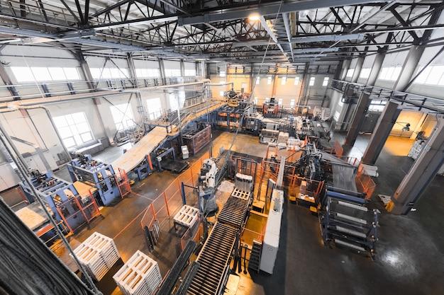 Apparatuur voor de productie van glasvezel bij de fabricagemuur Premium Foto