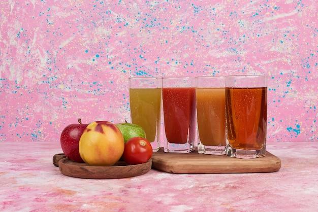 Appel en perziken met kleurrijke glazen sap. Gratis Foto