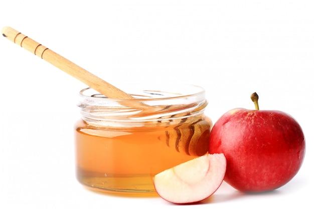 Appel met honing die op een witte achtergrond wordt geïsoleerd Premium Foto