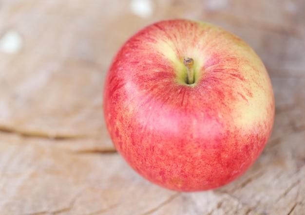 Appel op een houten oppervlak Gratis Foto