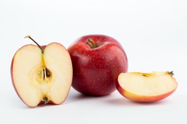 Appel rode zachte sappige verse rijpe halve geïsoleerde besnoeiing Gratis Foto