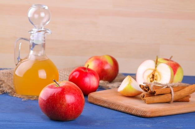 Appelazijn met verse rijpe appels op een houten achtergrond Premium Foto