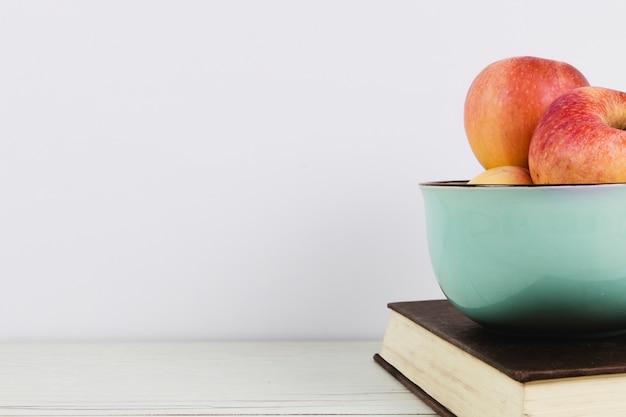 Appels en boeken met kopie ruimte Gratis Foto
